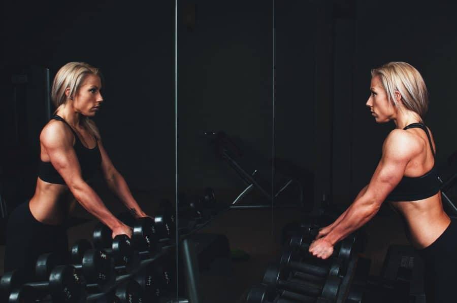 Damen-Krafttraining zum Muskelaufbau.