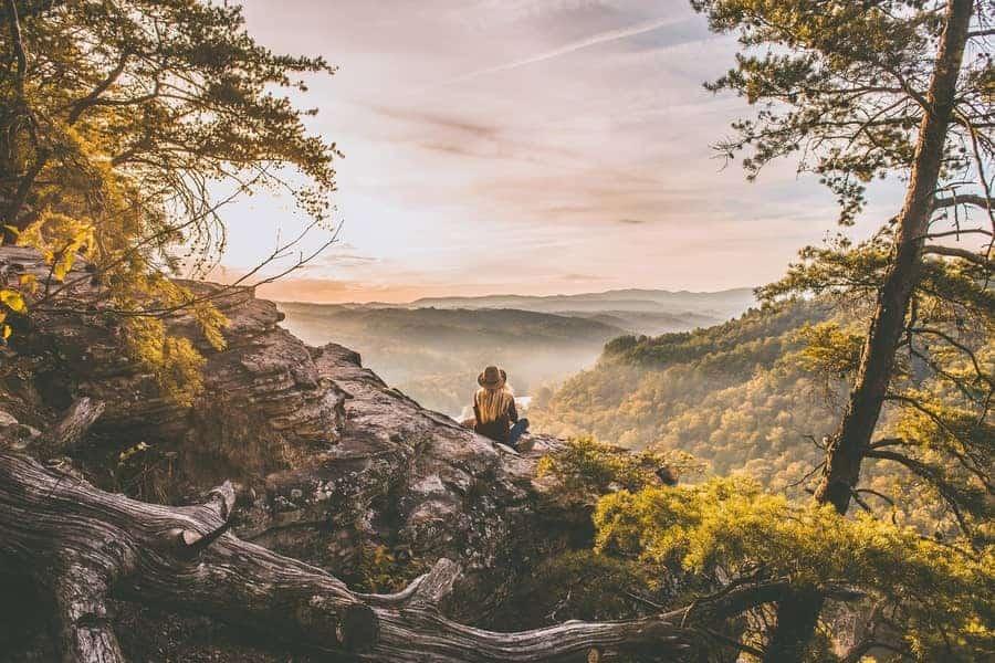 Eine Frau in den Bergen beim Wandern in der Natur.
