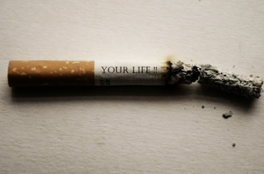 """Brennende Zigarette mit der Aufschrift """"Dein Leben""""."""
