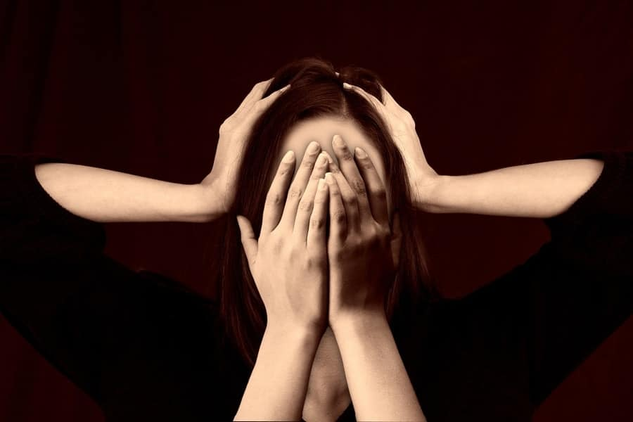 Eine verzweifelte Frau. Stress, kann CBD-Öl helfen?