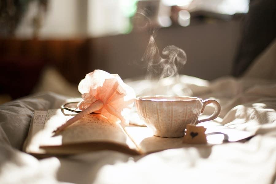 Eine Tasse gut duftender Tee am Morgen bringt Entspannung.